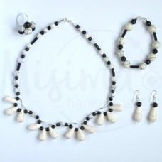 Дамски комплект колие, гривна, обеци и пръстен от бял тюркоаз, туркенит, оникс и сребро