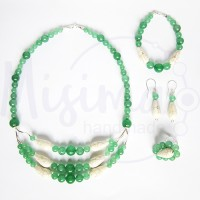 Дамски комплект колие, гривна, обеци и пръстен от зелен авантюрин, бял тюркоаз и сребро