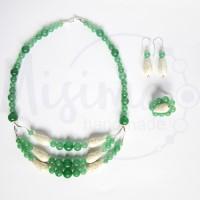 Дамски комплект колие, обеци и пръстен от зелен авантюрин, бял тюркоаз и сребро