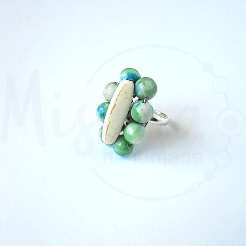 Дамски пръстен от бял тюркоаз, камък дъга и сребро