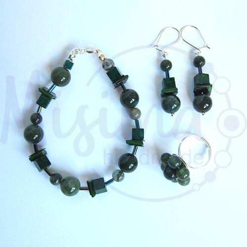 Дамски комплект гривна, обеци и пръстен от зелен мъхест ахат, мрамор изумруд, седеф и сребро